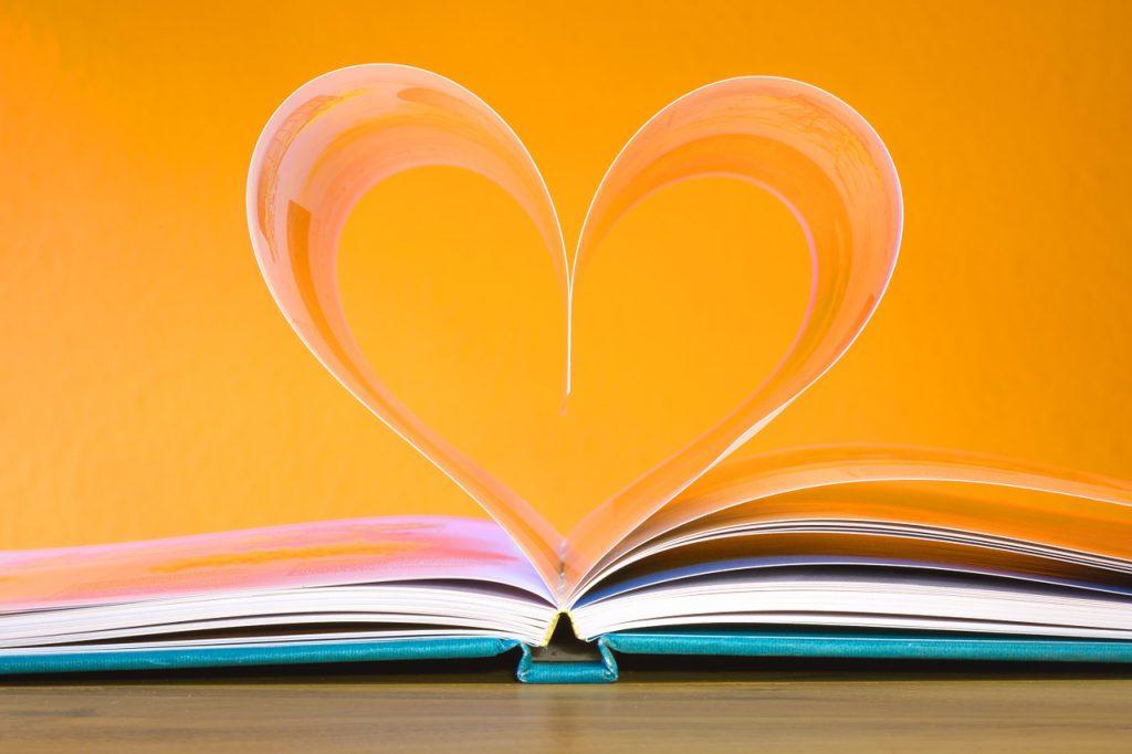 libro páginas formando un corazón