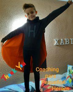 Un pequeño héroe con capa naranja
